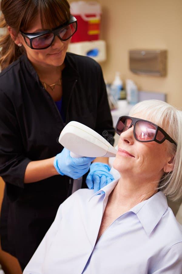 妇女有激光治疗在秀丽诊所 库存照片