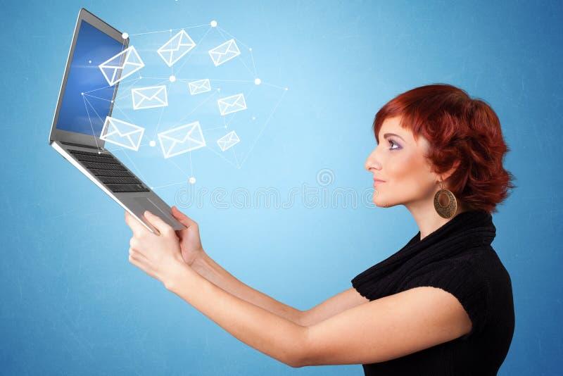 妇女有网上标志的藏品膝上型计算机 免版税库存图片