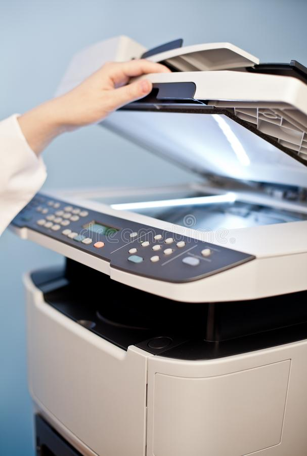 妇女有运转的影印机的` s手 免版税库存照片