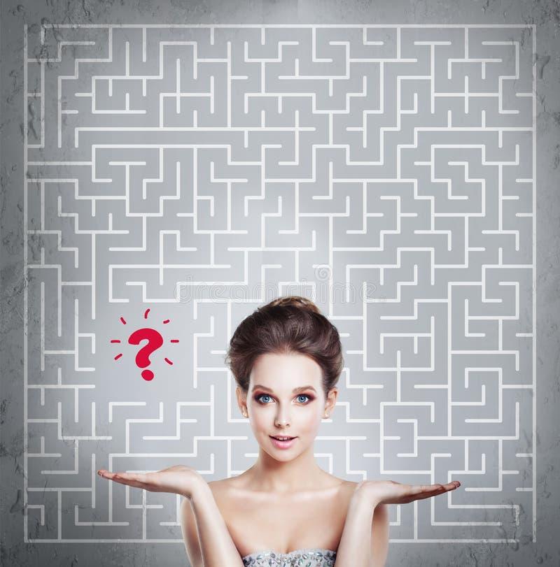 妇女有迷宫背景 开始,想法 免版税库存图片
