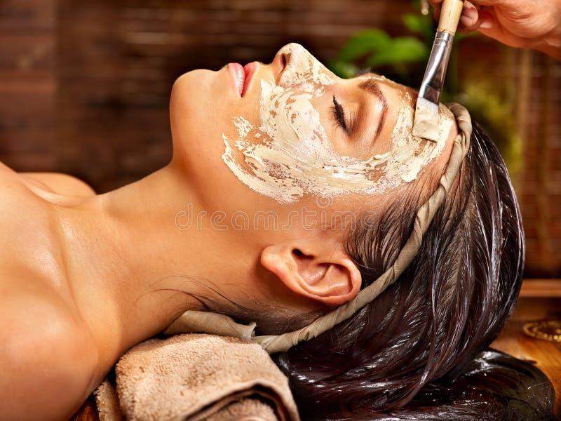妇女有面具在ayurveda温泉 库存图片