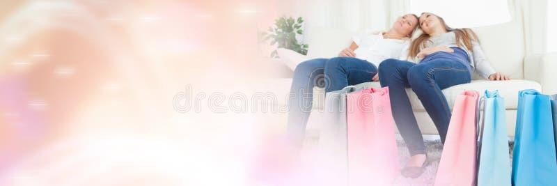 妇女朋友在家有购物袋和闪耀的转折的 库存照片