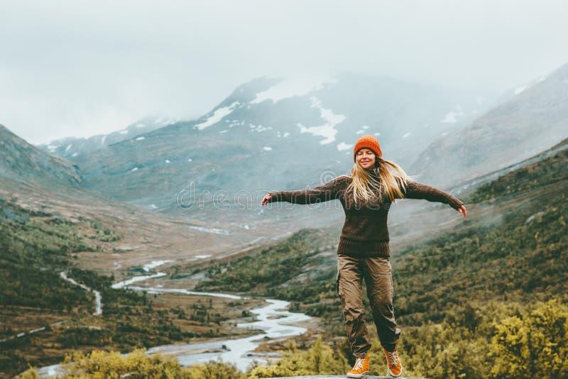 妇女极乐情感被上升的手有雾的山 免版税库存图片