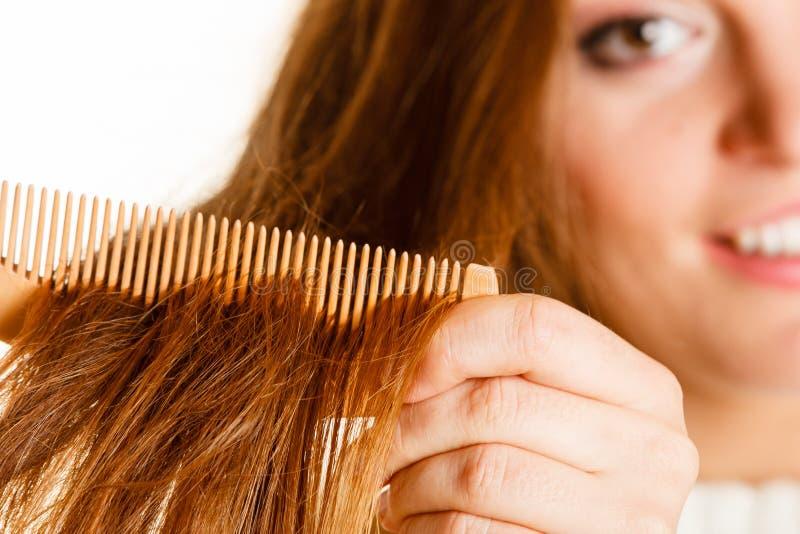 妇女梳和拉扯头发 库存图片
