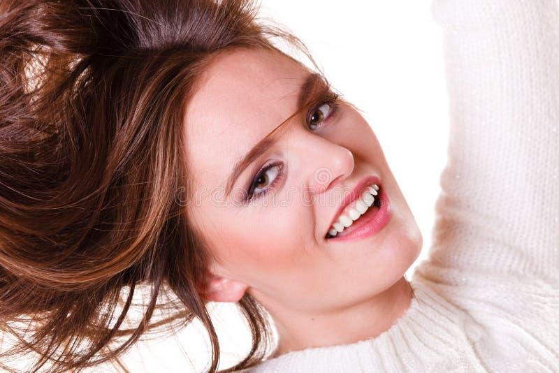 妇女梳和拉扯头发 免版税库存图片