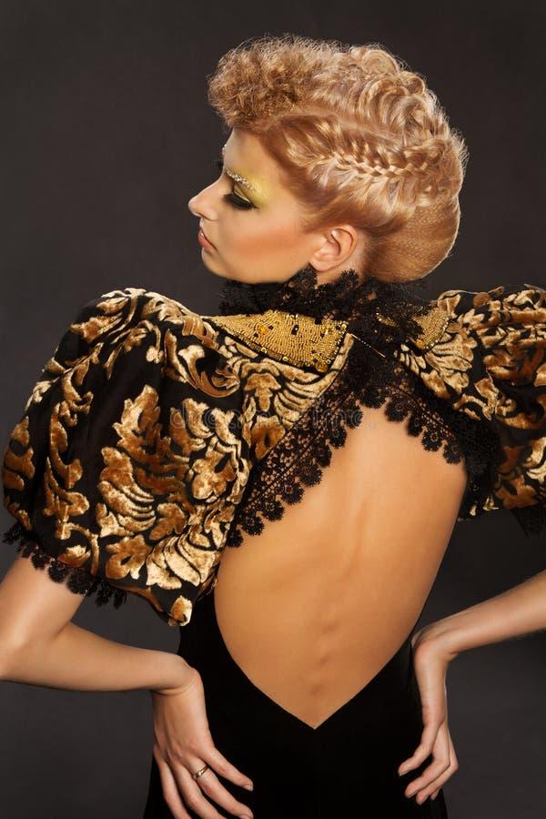 妇女法国辫子发型,时尚头发秀丽 免版税库存照片