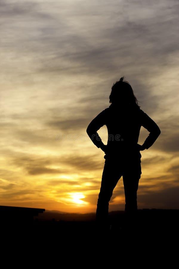 妇女注意日落。 库存照片