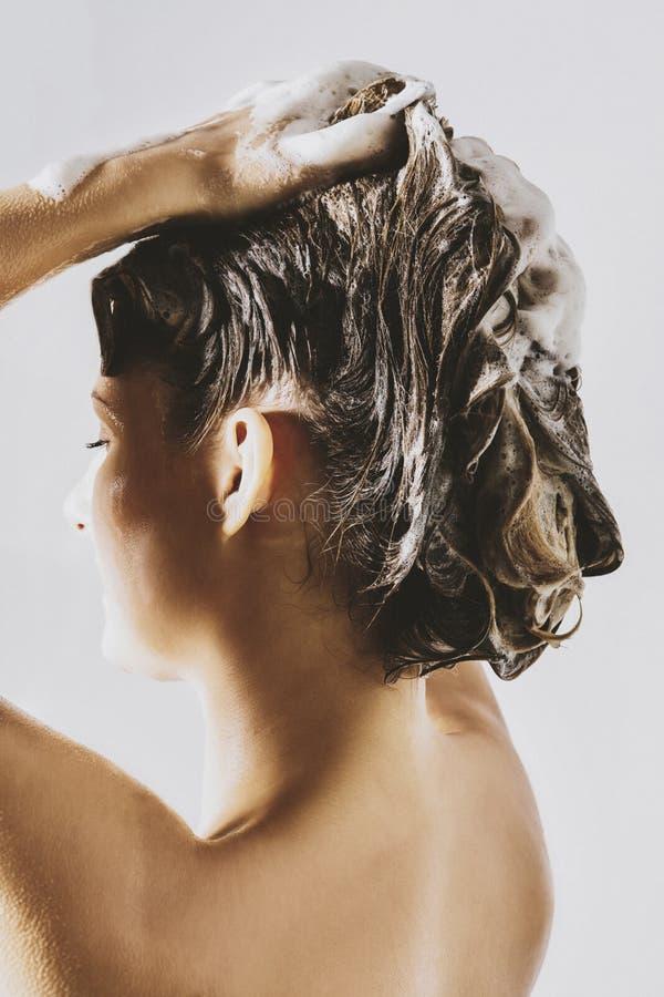 妇女洗涤的头发 免版税库存照片
