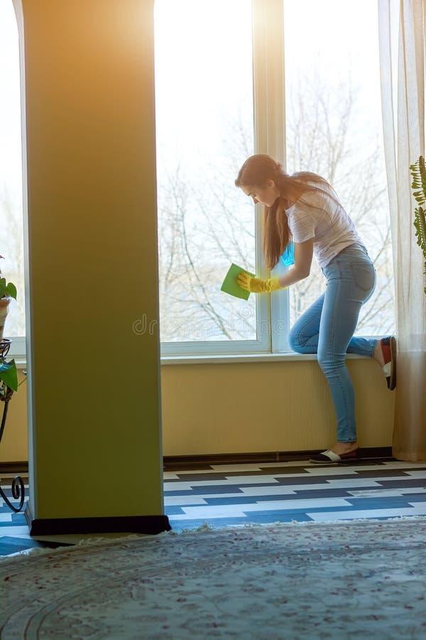 妇女洗涤的窗口 免版税库存图片