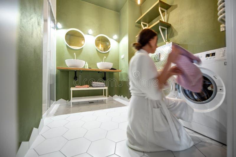 妇女洗涤的cothes在卫生间里 免版税图库摄影