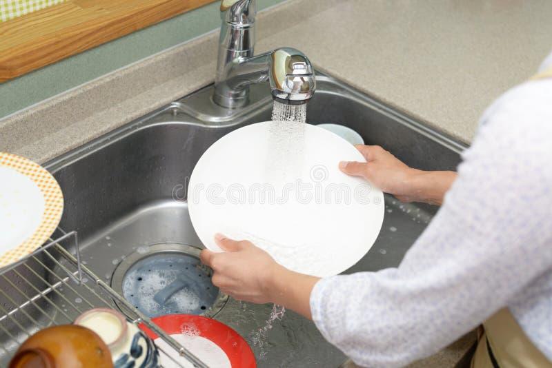 妇女洗涤盘 库存照片
