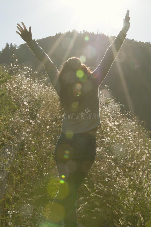 妇女涂了她的胳膊对享用太阳的边 库存图片