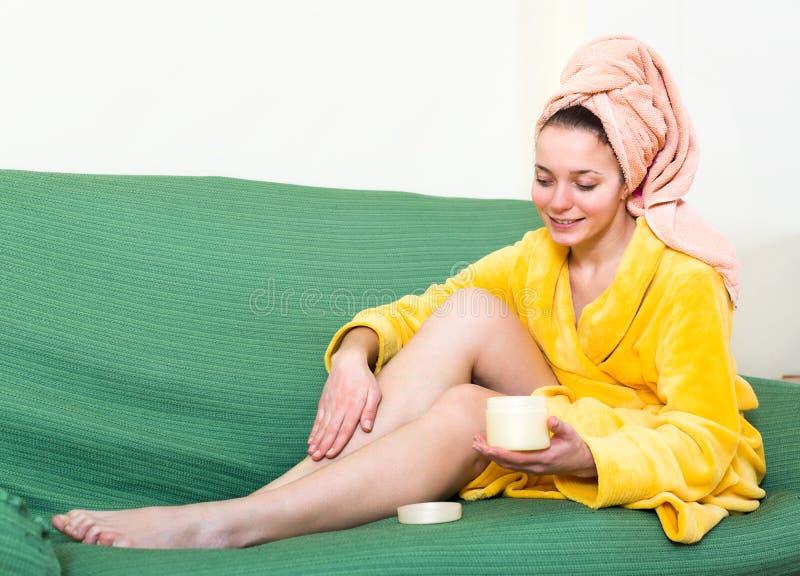 妇女润湿的腿 免版税库存照片