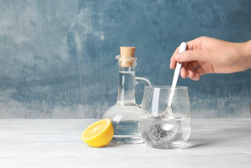 妇女混合的醋和发面苏打 免版税库存图片