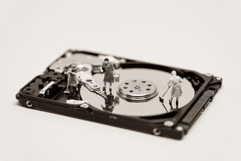 妇女清扫一个硬盘 概念查出的技术白色 宏观照片 免版税库存照片