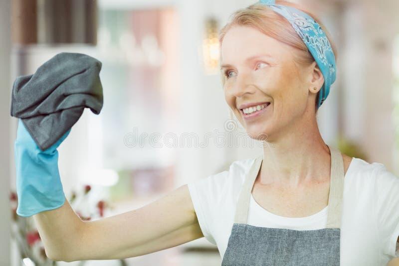 妇女清洁窗口在家 免版税库存照片
