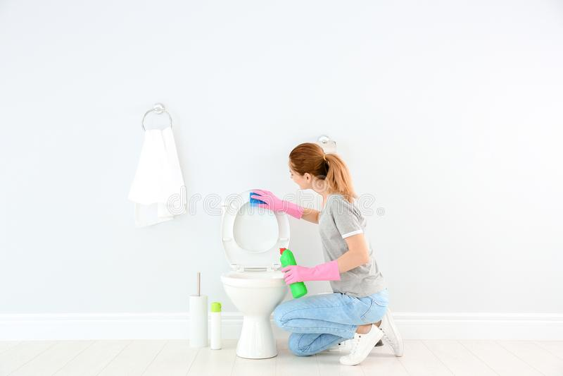 妇女清洁马桶 库存照片