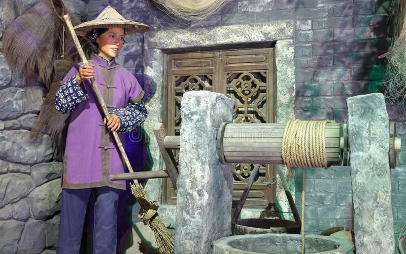 妇女清洁,多孔黏土rgb蜡象在井的 免版税图库摄影