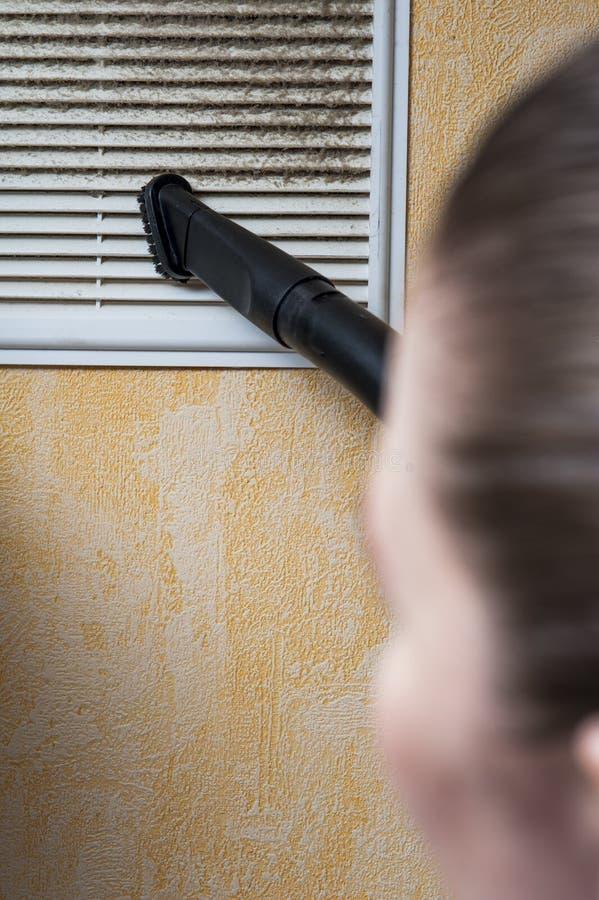 妇女清洁与吸尘器的透气格栅 库存图片
