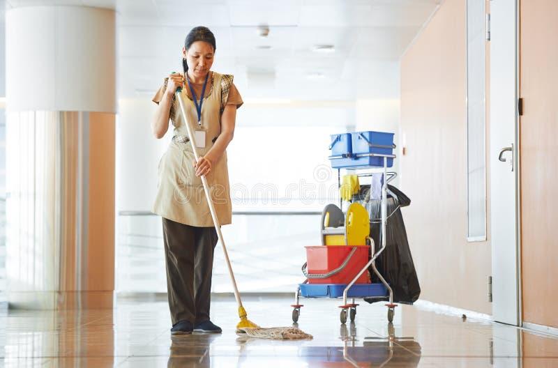 妇女清洁大厦大厅 免版税库存图片