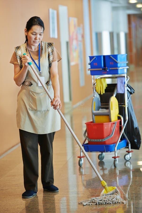 妇女清洁大厦大厅 库存照片