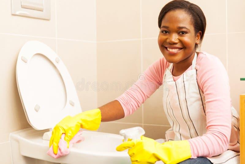 妇女清洁洗手间 库存图片