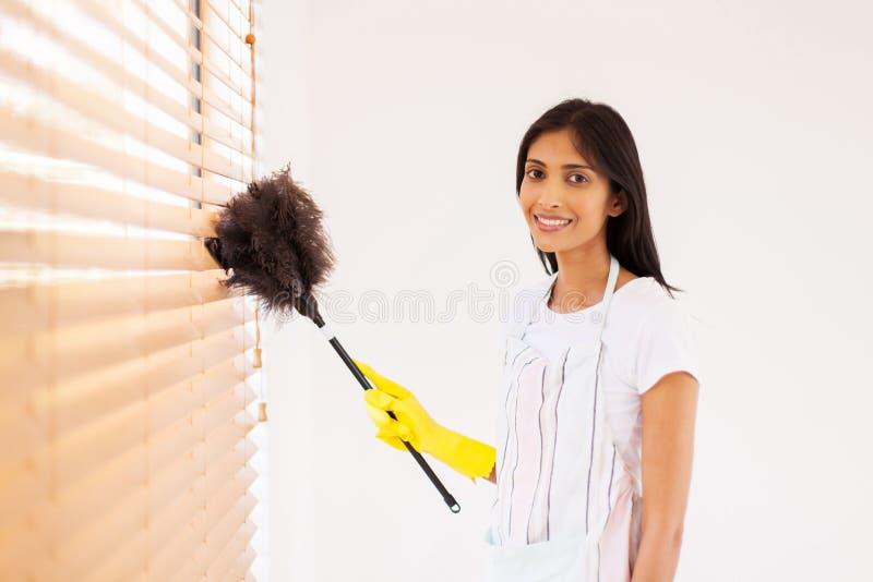 妇女清洁窗帘 图库摄影