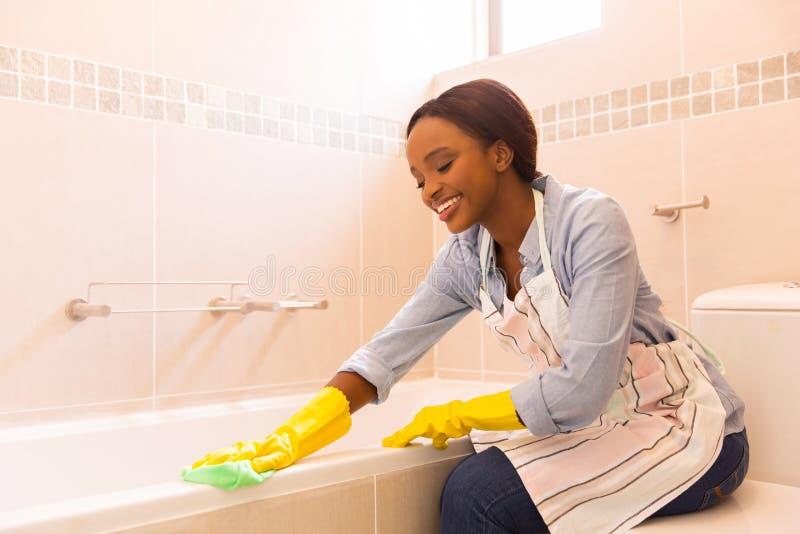 妇女清洁浴缸 库存图片