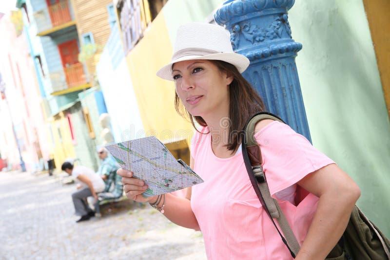 妇女游人在看在地图的布宜诺斯艾利斯 免版税库存照片