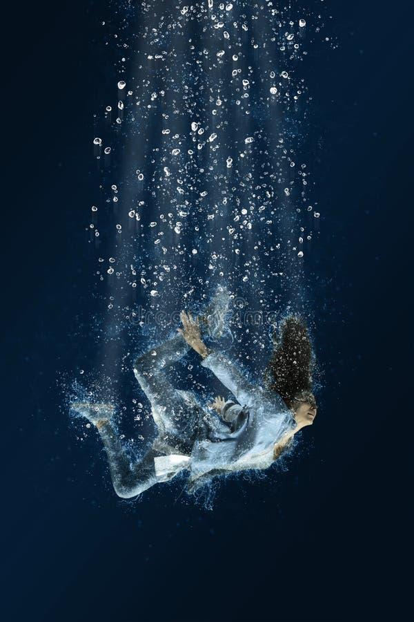 妇女漂浮在水面下 可怕的梦想 库存照片