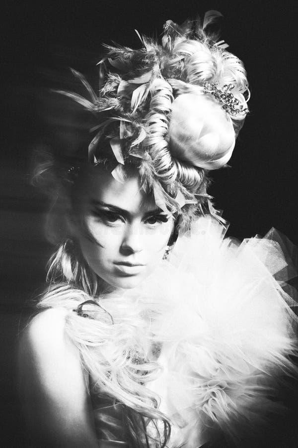 妇女演播室射击有创造性的发型、构成和礼服的 免版税库存照片