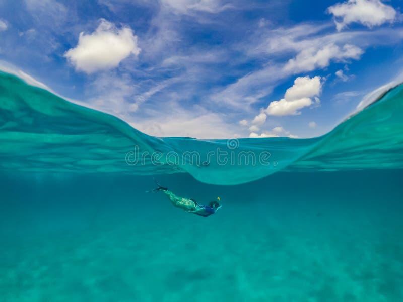 妇女潜航的库拉索岛景色 库存图片