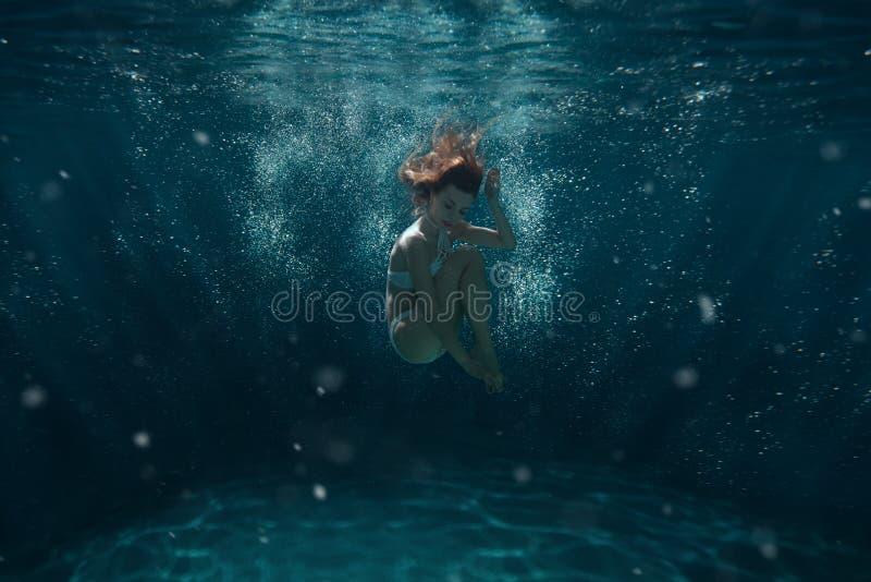 妇女潜水在水面下 库存照片