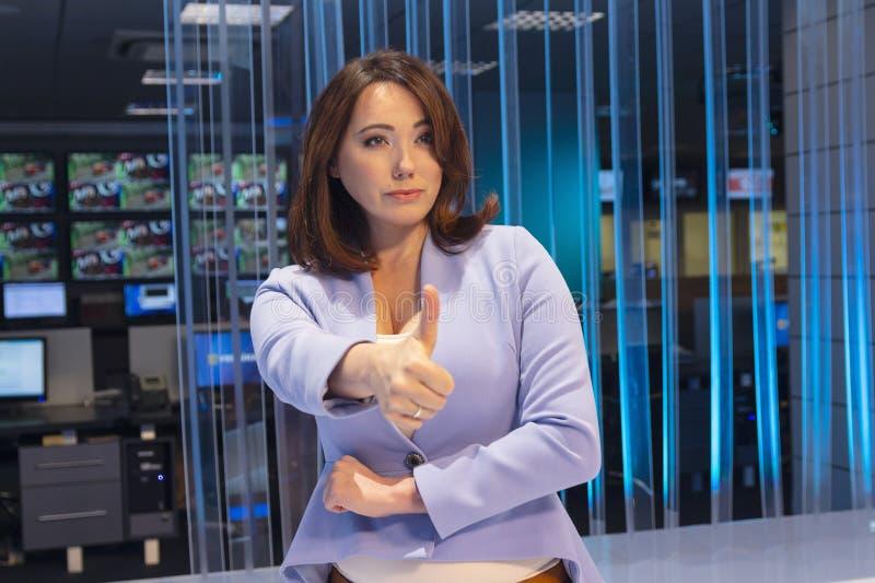 妇女激动悲观的在电视演播室 库存照片