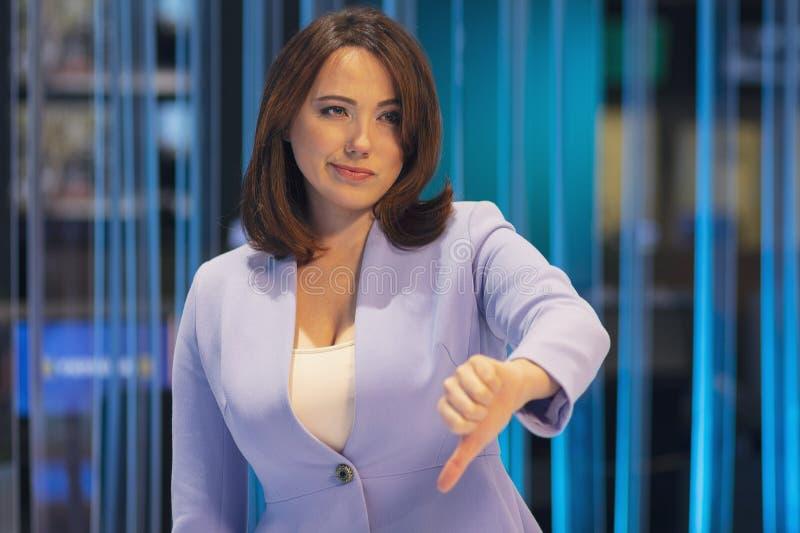 妇女激动悲观的在电视演播室 免版税库存照片