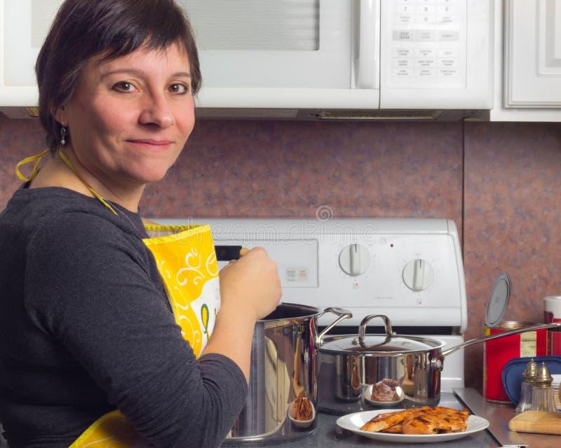 妇女烹调 免版税图库摄影