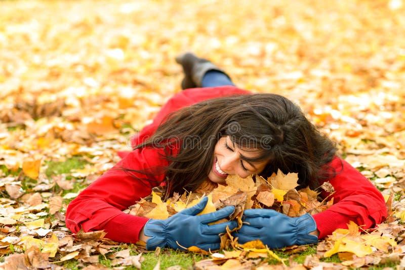 妇女爱恋的秋天季节 免版税库存照片
