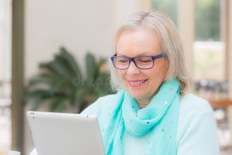 妇女片剂技术 免版税库存照片