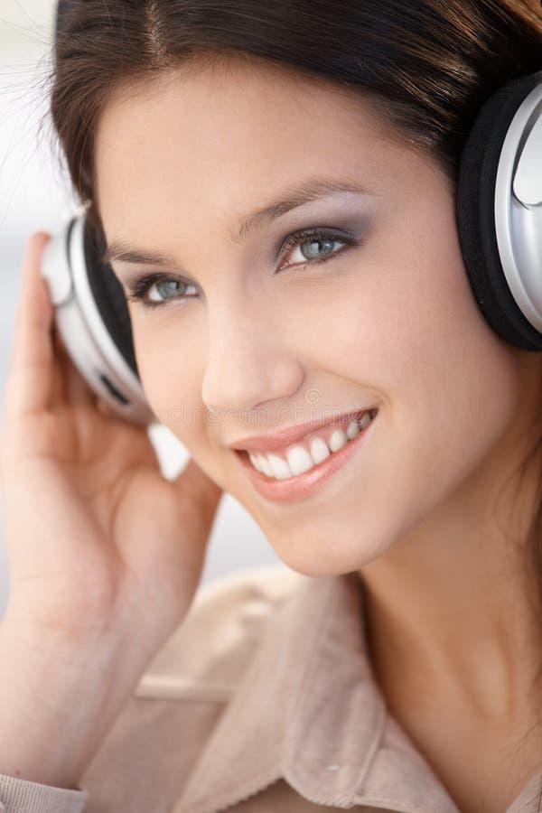 妇女特写镜头纵向有耳机的 免版税库存图片