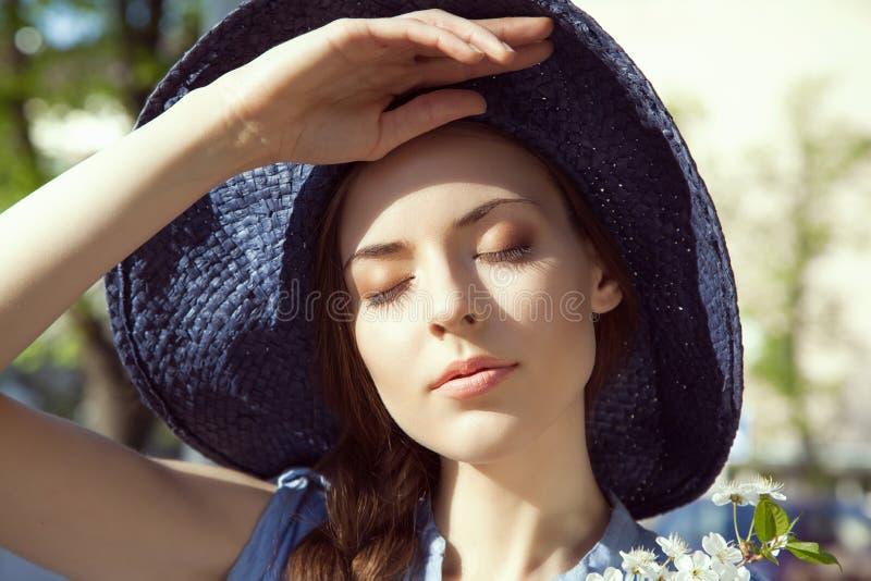 妇女特写镜头画象帽子的 库存照片