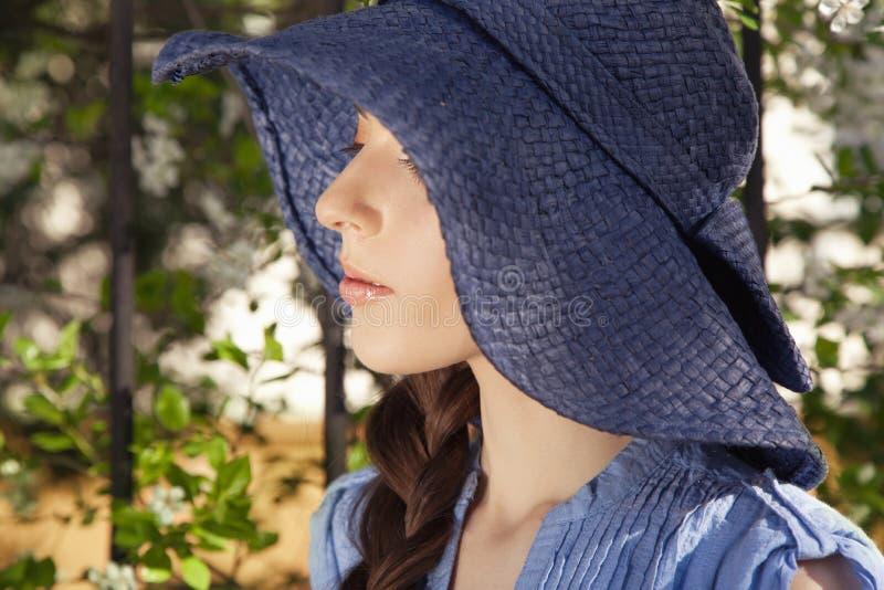 妇女特写镜头画象帽子的 免版税库存照片