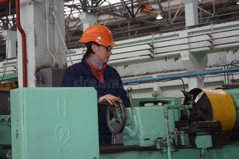 妇女特纳在工作场所 Antratsitovsky修理和工程建筑 免版税图库摄影