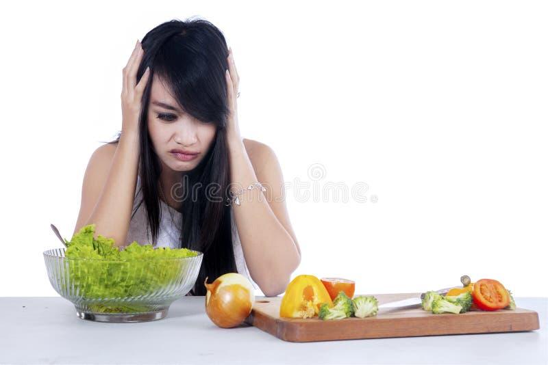妇女犹豫吃沙拉1 库存照片