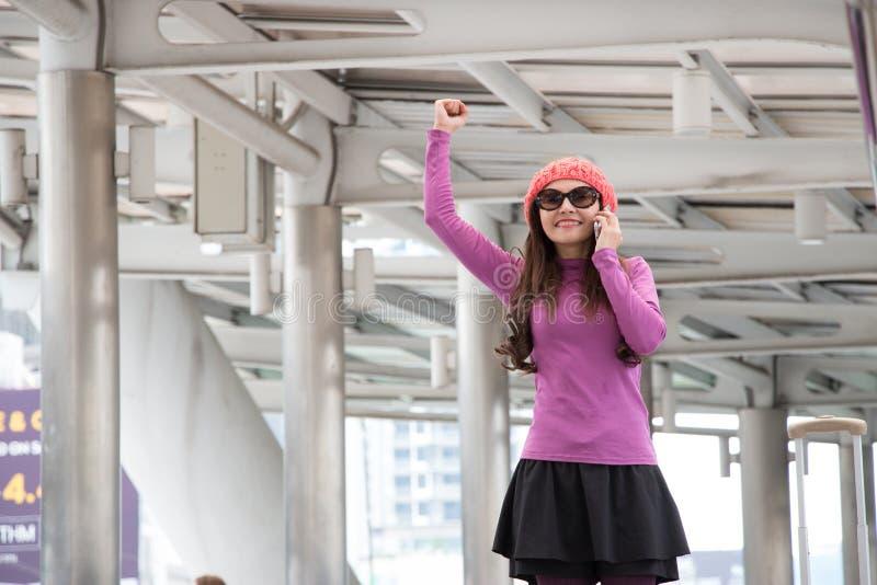 妇女独奏旅客在新的城市到达 免版税库存照片