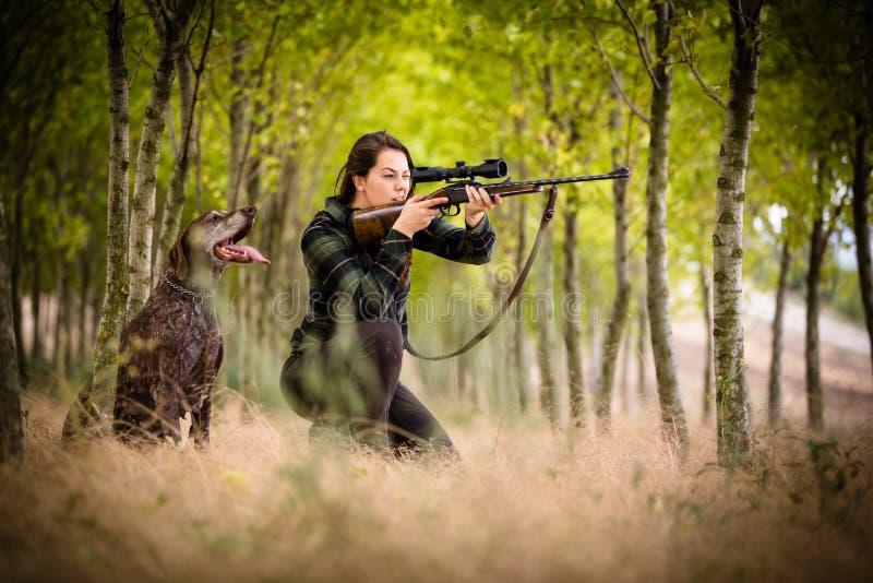妇女猎人在森林 库存照片