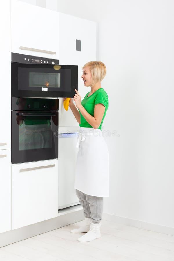 妇女现代厨房器具设置,女孩 库存照片