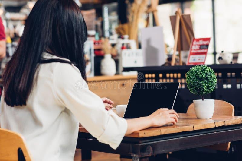 妇女生活方式自由职业者与手提电脑一起使用 免版税库存图片