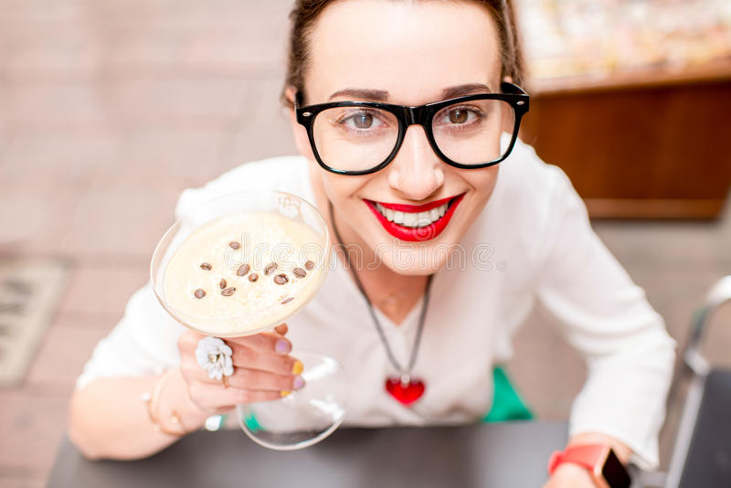 妇女用传统意大利冷的咖啡 免版税库存照片
