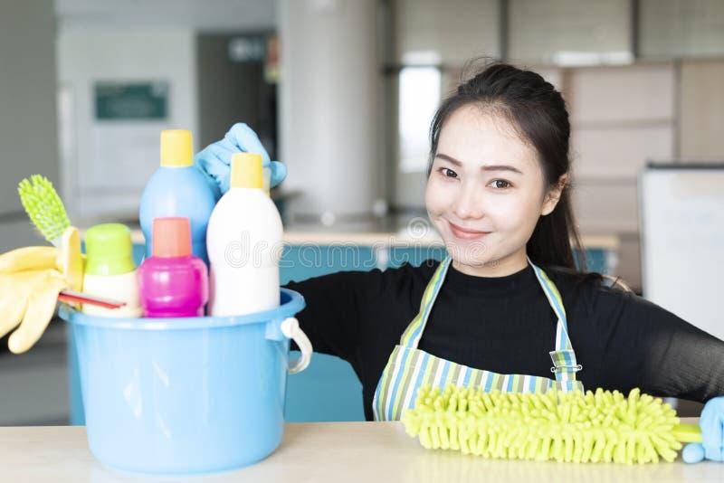 妇女用准备好清洗的设备清洗房子或办公室 库存图片