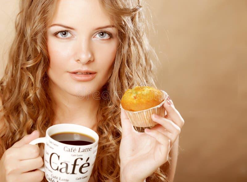 妇女用咖啡和蛋糕 库存照片